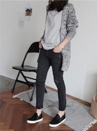 Cómo combinar: cárdigan abierto de punto gris, camiseta con cuello circular gris, vaqueros negros, zapatillas slip-on de ante negras