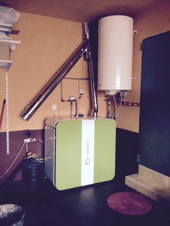 caldera de pellet 24 kw con depósito de agua caliente sanitaria, humos conectados junto a estufa dovre
