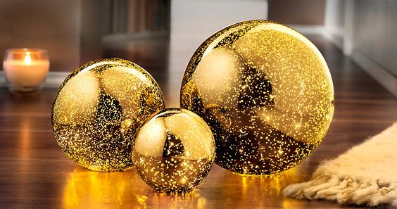 Glamouröse Stimmung! 3 Kugelleuchten aus Glas, in Blattgold-Optik, beleuchtet mit 60 warm-weißen LEDs... #gold #luxus #deko #home #weltbild