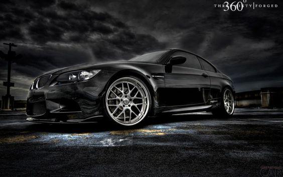 Fond d'écran avec une jolie voiture BMW série 3 E92 Coupé dans l'obscurité par