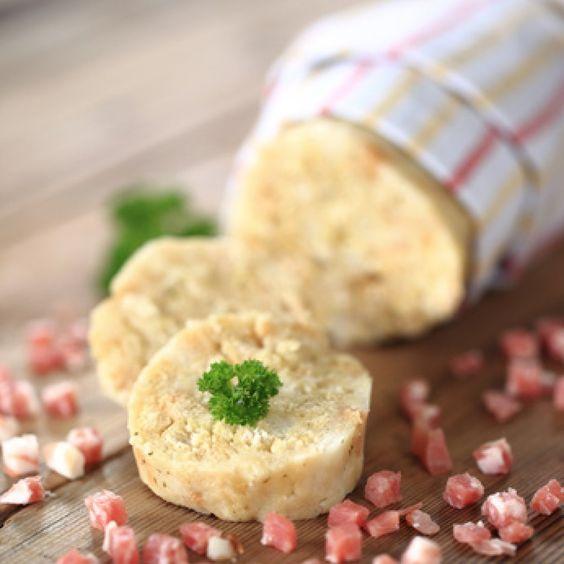Die Semmelrolle (Serviettenknödel) lässt sich bequem am Vortag zubereiten, wenn Gäste kommen. Variationen des Rezepts ergeben sich mit Kräutern, Speck oder Gewürzen.