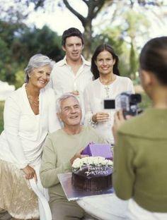 Como dar uma festa de aniversário para um idoso | eHow Brasil