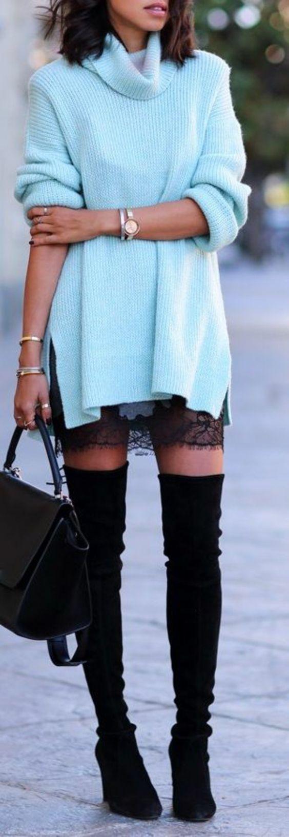 robe pull col roulé bordée de dentelle avec des bottines cavalières