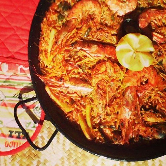 Fideuá de marisco Descubre como hacerlo en: http://lacocinadevalle.blogspot.com.es/2014/03/fideua-de-marisco.html