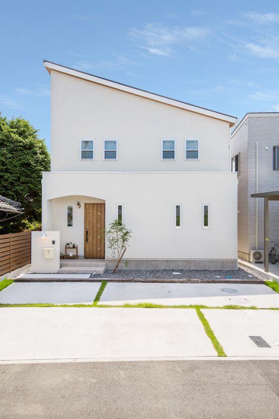 外観 外壁は白の塗り壁を基調に 軒裏や玄関ドアに木目を配しました