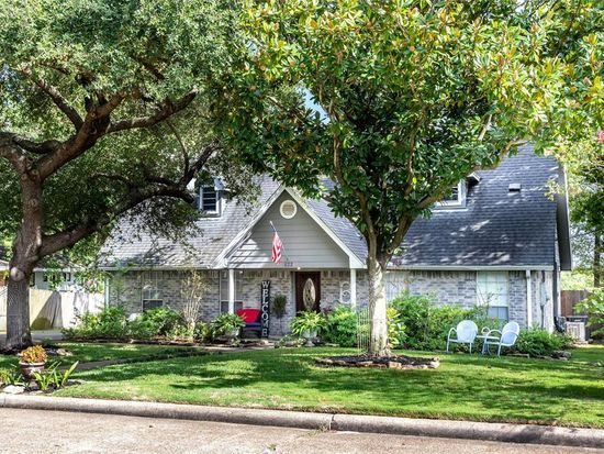 822 W Houston St Highlands Tx 77562 Mls 95855450 Zillow Zillow Engineered Wood Floors Inground Pools