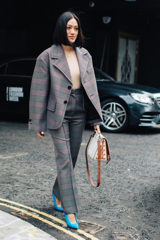 10 Best Street Style Looks From London Fashion Week – M #streetstyle #fashionweek #fashion Tiffany Hsu wearing oversized plaid suit #outfits
