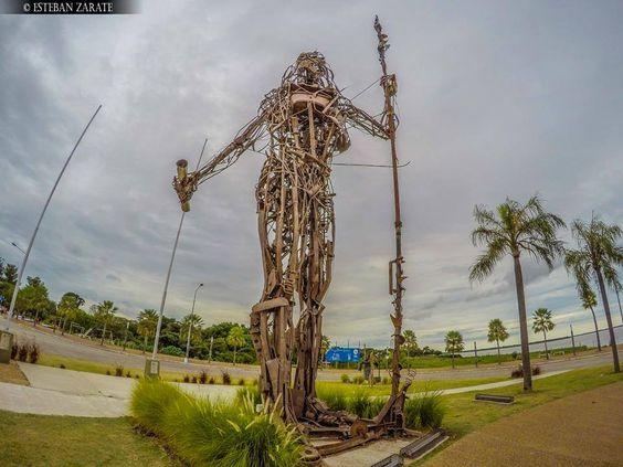- Conjunto de esculturas en Costanera Sur de Ciudad de Corrientes, realizado por la agrupación Cultura Vallese en homenaje a Andrés Guacurarí y sus Guaraníes de los Pueblos Libres  Foto: Esteban Zarate