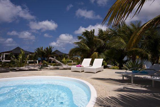 """Vakantieappartement te huur!  Deze geweldig sfeervolle benedenwoning aan het water, is gelegen op het geheel in Caribische stijl gebouwde resort """"Ocean Breeze"""" op Bonaire.  Het appartement is gelegen op een van de schiereilandjes in de lagune achter het Plaza Resort en het heeft een zeer gunstige positie ten opzichte van de diverse duikcentra, de luchthaven en Kralendijk."""