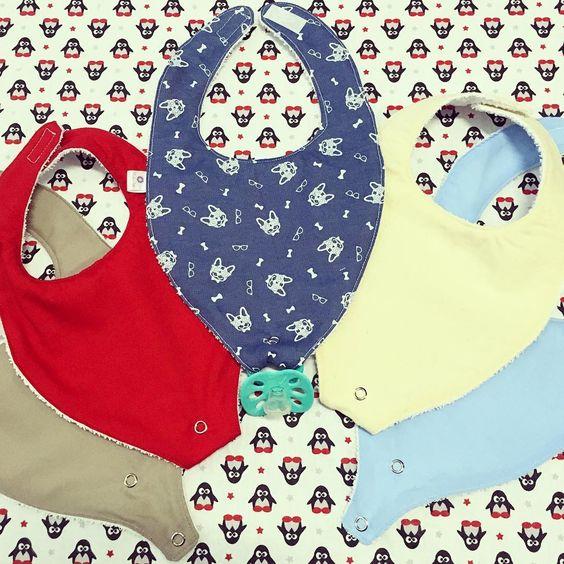 Babadores com prendedor de chupeta! #encomendas #encomendapronta #babadores #babeiros #bebe #bebes #baby #meninos #boys #bebê #babador #chupeta #cachorrinhos #pinguins #estampasfofas #contateovendedor #elo7