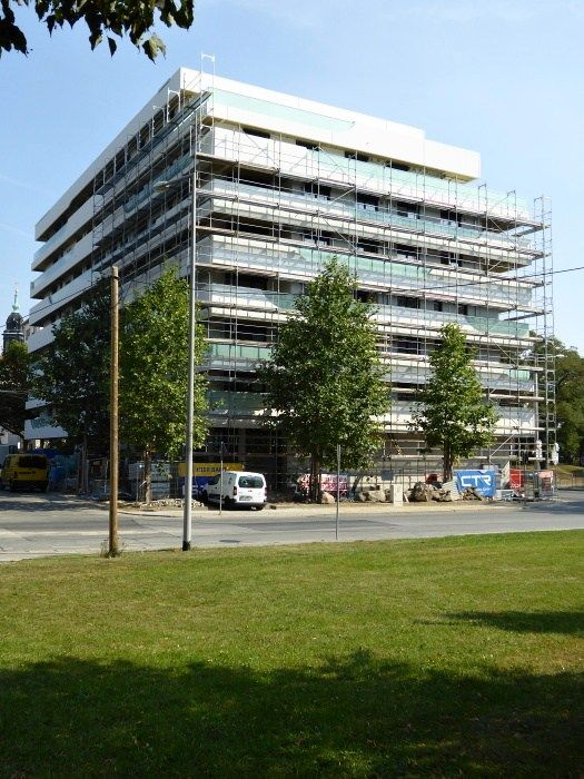 Der Bau des Projektes Haus Merkur I in Dresden geht nach Plan weiter und wird noch in diesem Jahr fertiggestellt werden. Alle Wohnungen sind verkauft, aber schon jetzt bereiten wir weitere Etappen vor. Mehr Infos finden Sie hier: http://www.haus-merkur.de/