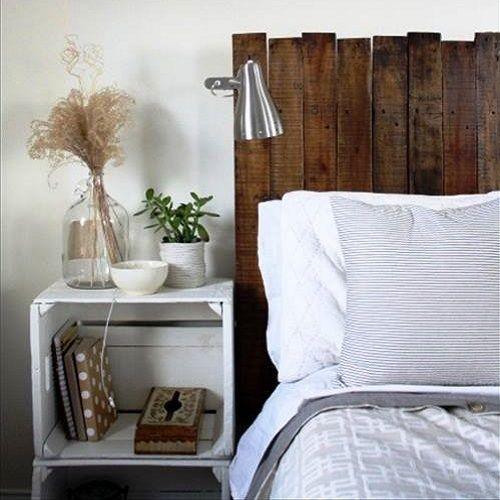 Cabecero con pallets y mesita con cajas de madera ho me - Cabecero con laminas de madera ...