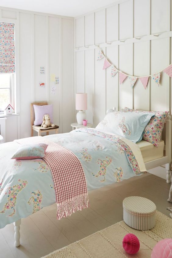 This Pretty Ponies duvet set is perfect for an animal lover. This cute duvet covers, pillowcases, and cushions in a pretty horse design with a cute ditsy floral print. Ideal for any little girly girl's bedroom!