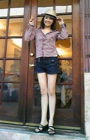 チェックシャツの小林麻耶