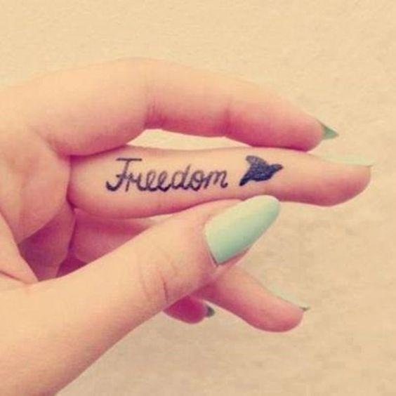 tatouage mot anglais freedon sur le doigt tatou pinterest design polices d 39 criture et doigts. Black Bedroom Furniture Sets. Home Design Ideas