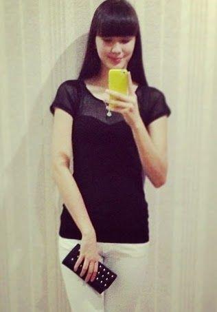黒Tと白いパンツをはいているサビーナ・アルシンベコバのかわいい画像