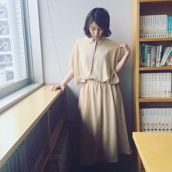 ウェストが絞られたワンピースを着た石田ゆり子