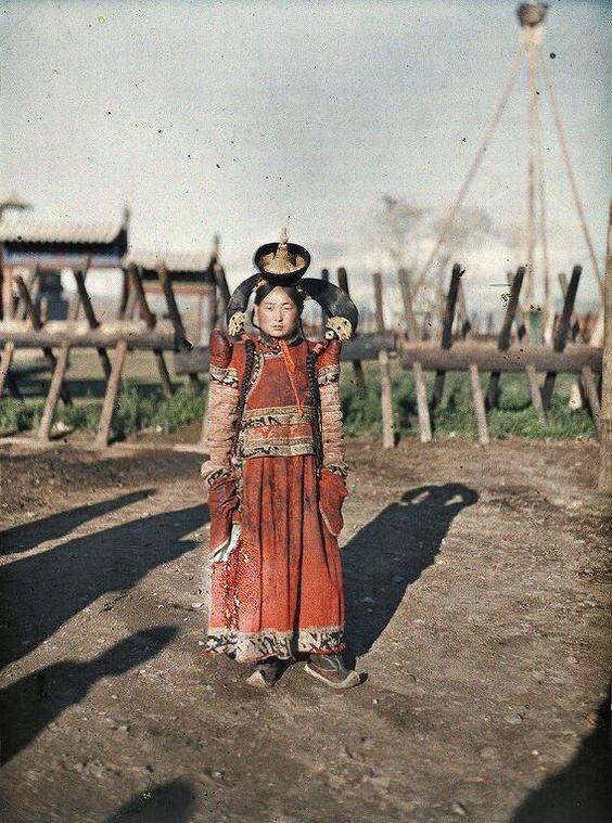 1913年、モンゴルの主要構成民族ハルハ族の女性を撮影したカラー写真。アルベール・カーンのプロジェクトの1枚。独特の髪型を支える頭飾りには銀や珊瑚、ターコイズが使われている。  http://amzn.to/1lE8J4r