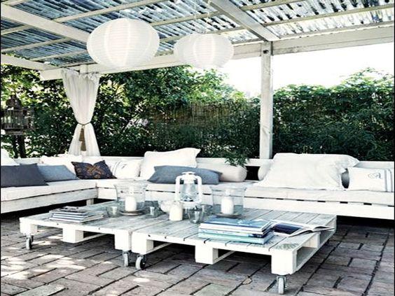 Ambiance d tente sous la pergola avec ce salon de jardin blanc fabriqu en palette avec for Idee salon de jardin en palette