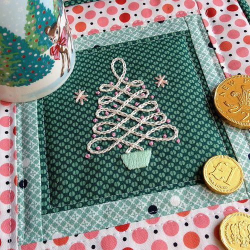 Retro christmas tree mug rug free embroidery pattern and sewing