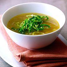 Soupe à l'oignon et à la pomme de terre 1/2 pièce(s) Oignon     2 cc Beurre doux       3 pièce(s) Pomme de terre nature (cuite à l'eau), crues, pelées et en dés       2 gousse(s) Ail, écrasées     2 tablette(s) Bouillon en tablette dégraissé (ou non), diluées dans 1l d'eau     1 pincée(s) Sel     1 pincée(s) Poivre       80 g Salade (toutes sortes), chou frisé en fines lanières