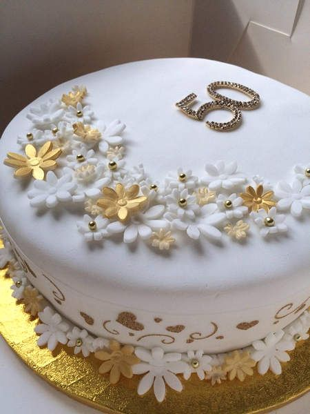 Perfect Golden Wedding Anniversary Cakes Stands You Must Have