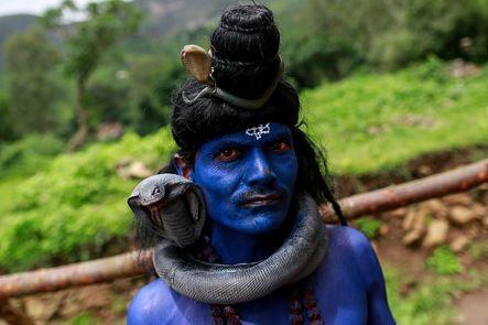 Millones de devotos se preparan para celebrar el 'Kumbh Mela'. El mayor peregrinaje del mundo y  tiene lugar cada 12 años en cuatro lugares diferentes de la India. En 2001, 70 millones de personas purificaron sus almas con un baño sagrado.