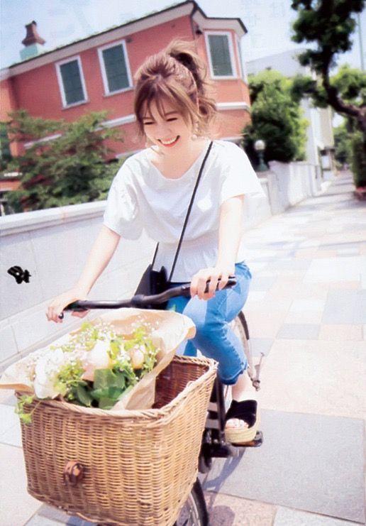 自転車をこぐ白石麻衣