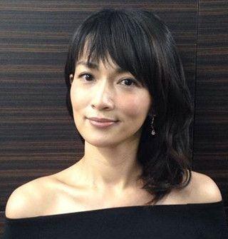 肩の開いた服を着た長谷川京子