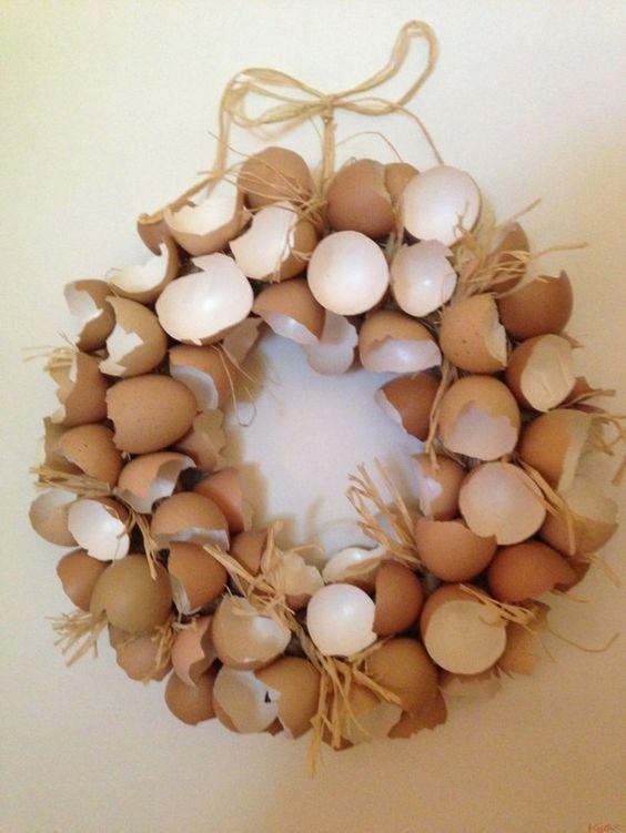 Une belle couronne de Pâques avec des cocilles dœufs  idées déco ...