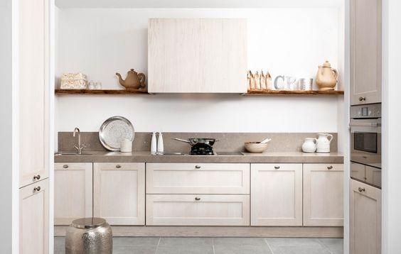 Sibari  Een landelijke tijdloze keuken voor modern kookgemak. Een opvallend robuust werkblad, schittert in deze keuken. Het werkblad loopt zelfs door als achterwand. Bourgondisch genieten kan niet misgaan in deze keuken.