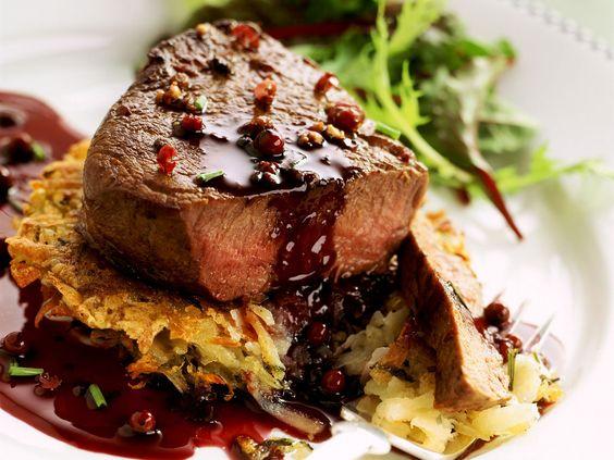 Rinderfilet mit Kartoffelrösti und roter Pfeffersoße - smarter - Zeit: 50 Min. | eatsmarter.de