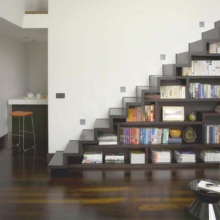"""GagasMedia: Konsep rak buku di tangga lainnya. Cocok untuk ruangan sempit. """""""