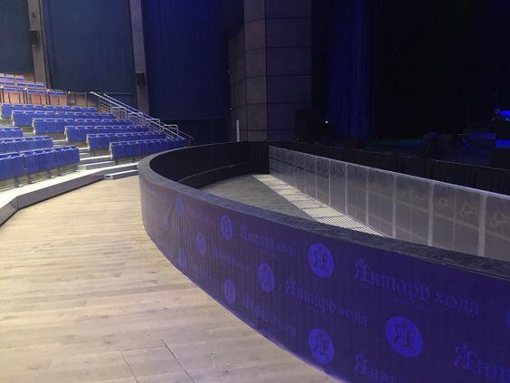 Фан-зона внизу, ближе всего к сцене
