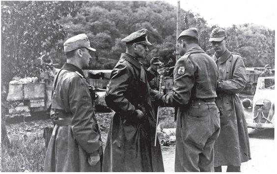 Brasil na Segunda Guerra Mundial - O General Otto Freter, comandante da 148ª divisão alemã, apresentando a rendição de sua tropa ao General brasileiro Zenóbio da Costa (Arquivo do Exército Brasileiro). http://www.historiailustrada.com.br/2014/04/fotos-raras-brasil-na-segunda-guerra.html#.VW9y4c9Viko: