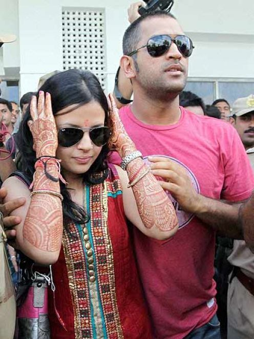 Mahendra Singh Dhoni with Wife | Skykishrin - Cricket ...