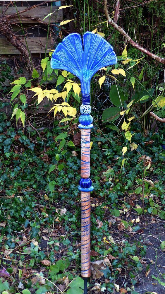 """Dieses """"**Florale Objekt**"""" ist eine besondere Bereicherung und ein **Blickfang** für jeden liebevoll gestalteten Garten. Die GINKGOSTELE besteht aus 9 frei modellierten Einzelteilen aus..."""