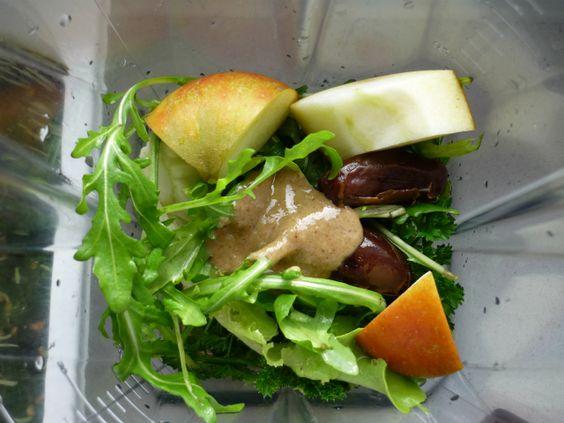 Alle Zutaten: Gerstengras, Petersilie, Rucola, Apfel, 2 Datteln, Apfelsaft, Wasser