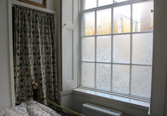 Como todos espiavam dentro da sua casa, esta mulher teve uma ideia genial. Isso é maravilhoso! Uma janela virada para a rua deve ser protegida dos olhares curiosos, mas sem bloquear a luz natural. Este truque é tão simples, que você pode fazê-lo sozinho. Além de te salvar dos bisbilhoteiros, esta ideia vai também deixar…