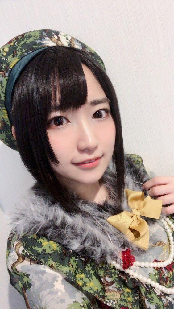 洋服とおそろいの帽子を被った日高里菜さん