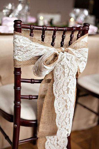 Nœud de chaise en toile de jute avec dentelle - Magnifique, ce ruban en dentelle se positionne en un tour de main sur tous vos supports : chaises, photophores, vases... en leur donnant instantanément une touche élégante vintage et champêtre ! Laissez flotter les rubans dans les arbres pour une touche de poésie. http://www.mariage.fr/shop/ruban-en-dentelle-fine-et-soyeuse-7cm-x-2m-mariage-nos-rubans-tulles-et-noeuds-de-decoration.htm