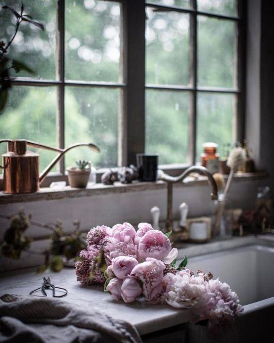 Visit this story highlighting the inspiring kitchen decor in Beth Kirby's (Local Milk) beautiful modern farmhouse style kitchen. #kitchenideas #kitchendecor #farmhousekitchen #modernfarmhouse #rusticdecor #bethkirby