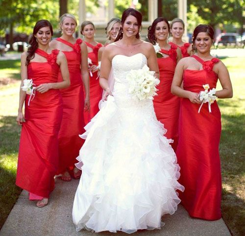 Vestido de madrinha vermelha.