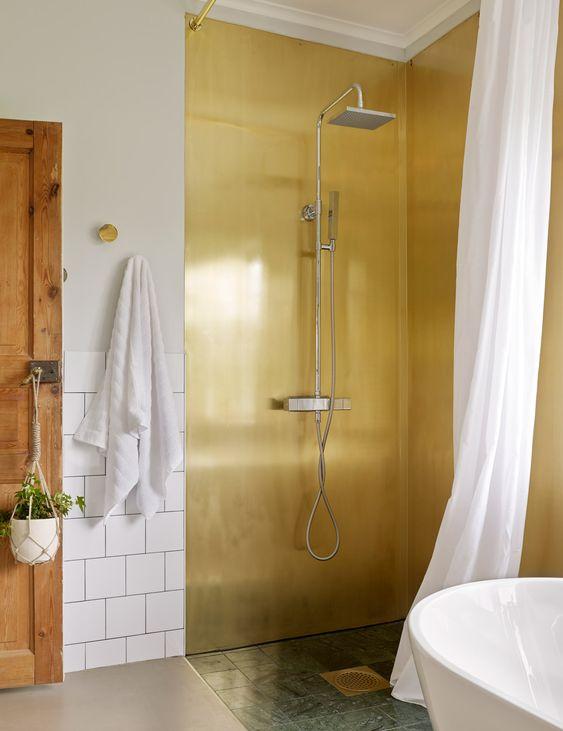 Hotellyxigt badrum – badrumsinredning i mässing och grön marmor ...