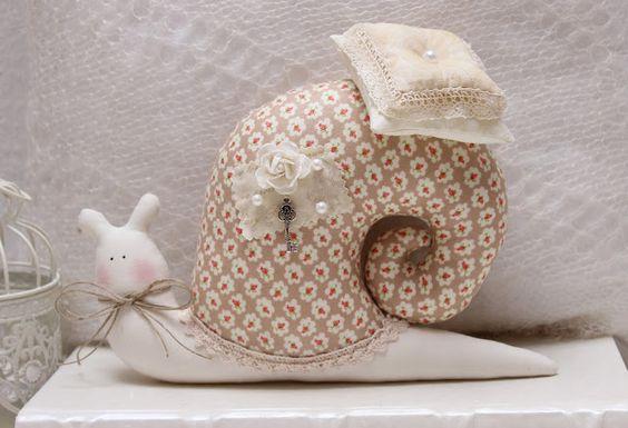 "Vicky und Ricky: Tilda Snail ""Beige+White"""