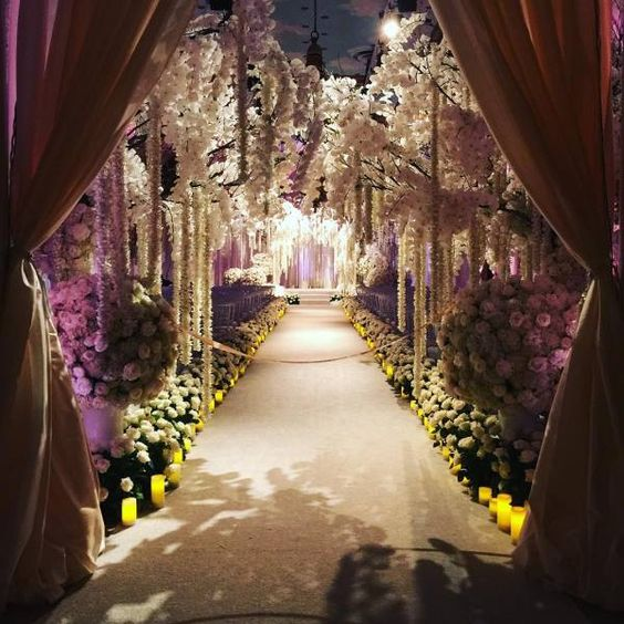 A decoração da cerimônia assinada por Jeff Leatham com rosas brancas