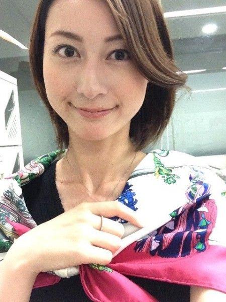 カラフルなショールを肩に巻いている小川彩佳のかわいい画像