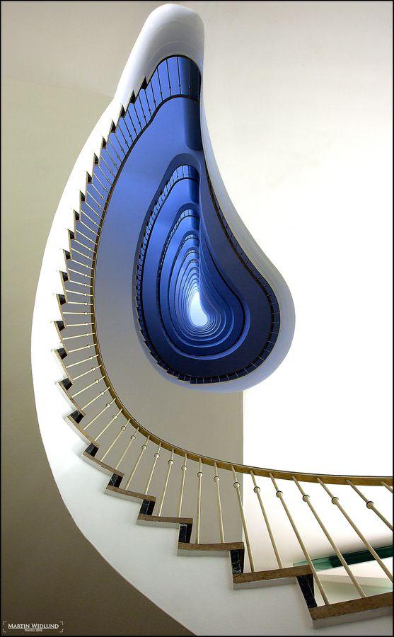 escalera vista desde abajo: