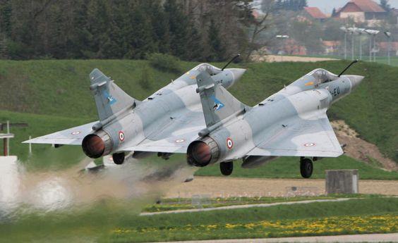 Décollage de deux Mirage. Mirage 2000 https://fr.wikipedia.org/wiki/Dassault_Mirage_2000 http://www.avionslegendaires.net/avion-militaire/dassault-aviation-mirage-2000/ https://www.youtube.com/watch?v=zhr9oCNRrCY