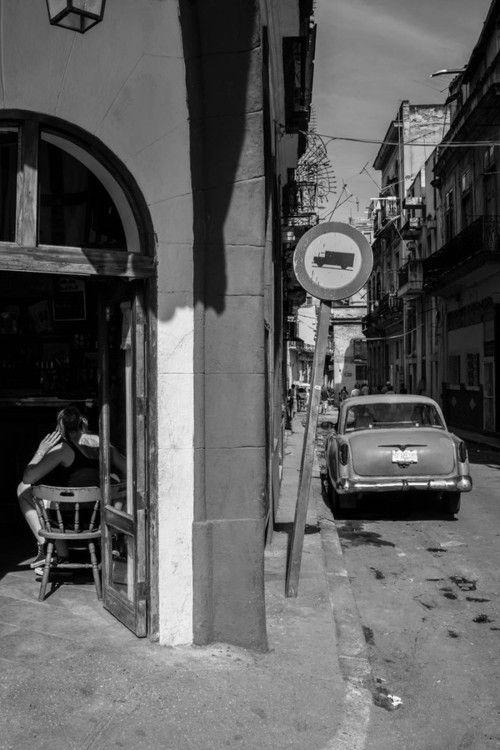 La madre por si esta imagen no es en algún rincón de la Habana, Cuba.